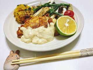 テーブルの上に食べ物のプレートの写真・画像素材[779900]