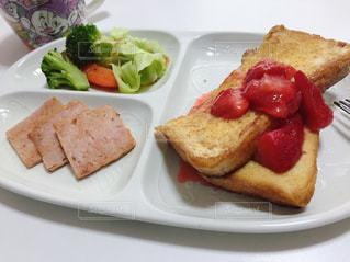パンのスライスを皿の料理の写真・画像素材[1169505]