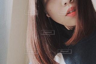 カメラを見ている女性の写真・画像素材[2284811]