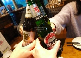グラス,ビール,乾杯,休日,飲み会,ドリンク,女子会,居酒屋,瓶ビール,海外風