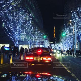 夜のトラフィックでいっぱい通りの写真・画像素材[930552]