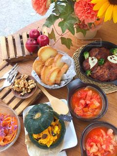 木製のテーブルの上に食べ物の束 - No.840375