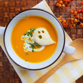 テーブルの上の皿の上に食べ物のボウルの写真・画像素材[840377]