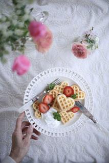 テーブルの上に食べ物のプレートの写真・画像素材[1068182]