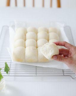 テーブルの上に食べふんわり白パンの写真・画像素材[2924295]