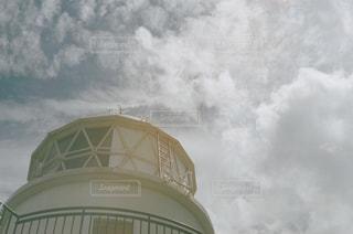 大きな白い建物の曇りの日に - No.712946
