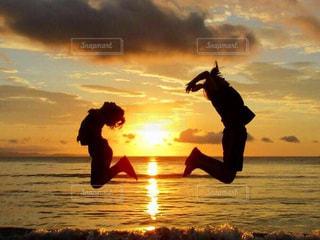 2人,海,空,太陽,ビーチ,雲,ジャンプ,夕暮れ,光,仲良し,姉弟