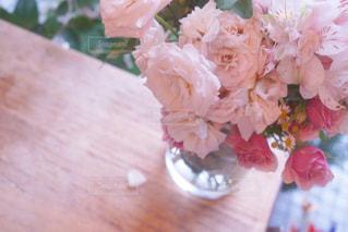 テーブルの上の花の花瓶の写真・画像素材[873679]