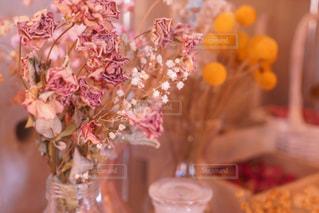 テーブルの上の花の花瓶の写真・画像素材[873696]