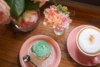 食品や木製のテーブルの上のコーヒー カップのプレート - No.873737