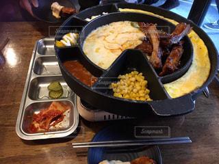 テーブルの上に食べ物のプレートの写真・画像素材[876907]