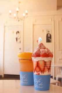 カウンターの上にカップの写真・画像素材[877037]