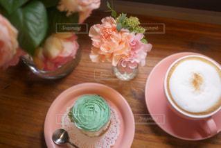 食品や木製のテーブルの上のコーヒー カップのプレートの写真・画像素材[877442]