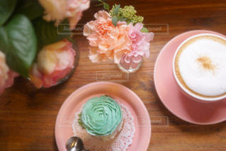 木製テーブルの上のコーヒー カップの写真・画像素材[877459]