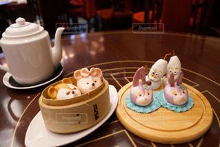 近くのテーブルにバースデー ケーキのプレートのアップの写真・画像素材[877890]