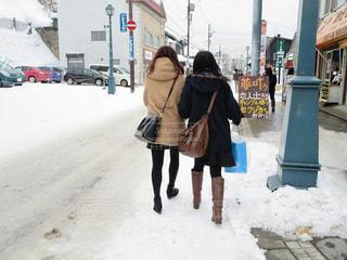 通りを歩く女性の写真・画像素材[880840]