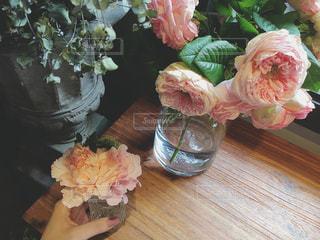 テーブルの上の花の花瓶の写真・画像素材[905481]