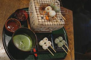 テーブルの上に食べ物の写真・画像素材[906684]