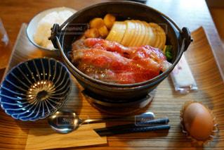 木製のテーブルの上に食べ物のボウルの写真・画像素材[906696]
