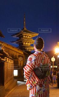 建物の前に立っている人の写真・画像素材[907508]