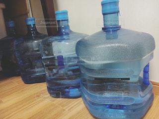 テーブルの上の水のボトル - No.907800