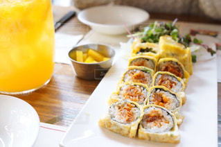 テーブルの上に食べ物のプレートの写真・画像素材[913420]