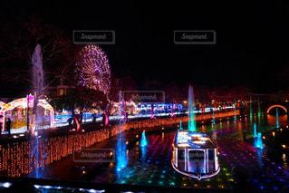夜のライトアップされた街の写真・画像素材[914371]