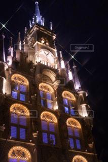 建物の前に夜のライトアップされた街の写真・画像素材[914729]