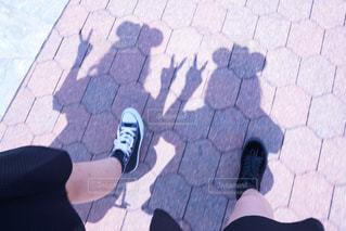 歩道の上に座っている人の写真・画像素材[916153]