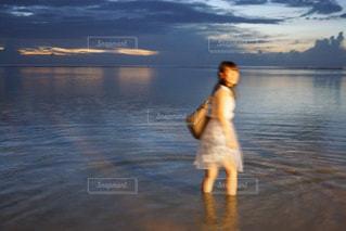 水の体の横に立っている人 - No.916183