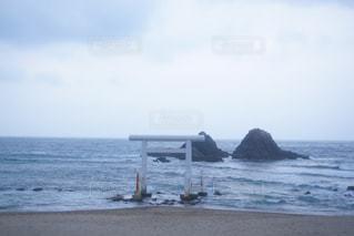 水の体の近くのビーチの人々 のグループの写真・画像素材[916198]