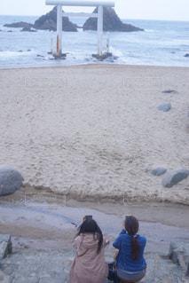 水の体の近くのビーチの人々 のグループの写真・画像素材[916201]