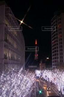夜のライトアップされた街の写真・画像素材[917435]