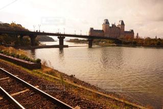 水の体の上を橋を渡る列車の写真・画像素材[918682]