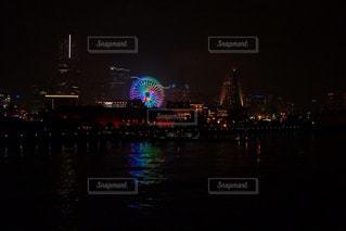 暗闇の都市と水の大きな体の写真・画像素材[918703]