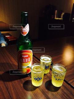 テーブルの上のビール瓶の写真・画像素材[927586]