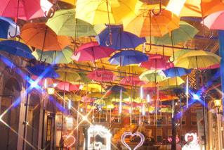傘は建物の側面を離れて掛かるの写真・画像素材[932921]