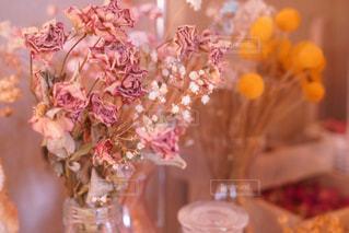 テーブルの上の花の花瓶の写真・画像素材[934333]