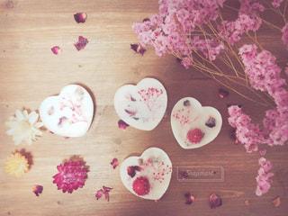 テーブルの上のケーキと木製のまな板の写真・画像素材[934342]