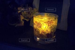 テーブルの上のガラスのマグの写真・画像素材[952623]