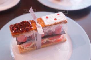 テーブルの上に食べ物のプレートの写真・画像素材[997876]