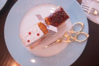 皿の上のケーキの一部の写真・画像素材[1049422]
