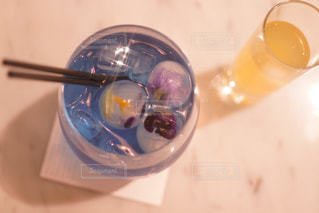 テーブルの上のガラスのコップの写真・画像素材[1049424]