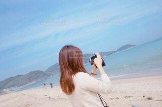 ビーチに立っている人の写真・画像素材[1102745]