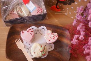 テーブルの上のケーキの一部の写真・画像素材[1122149]