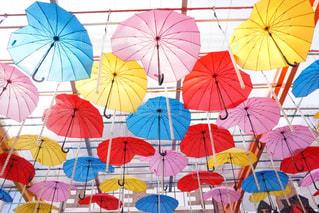 別着色された傘のグループの写真・画像素材[1122188]