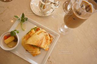 テーブルの上に食べ物のプレートの写真・画像素材[1147555]