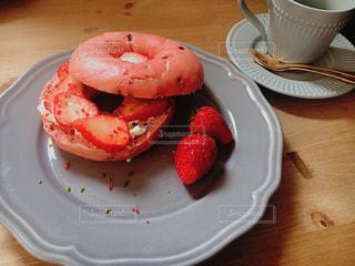 テーブルの上に食べ物のプレートの写真・画像素材[1147557]