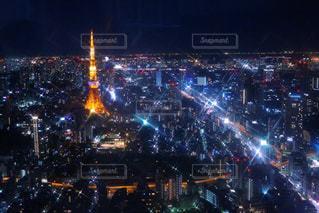 夜の混雑した街の写真・画像素材[1194764]