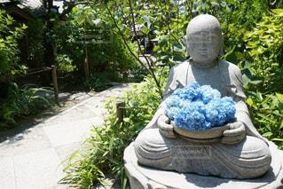 庭で人の像の写真・画像素材[1216664]